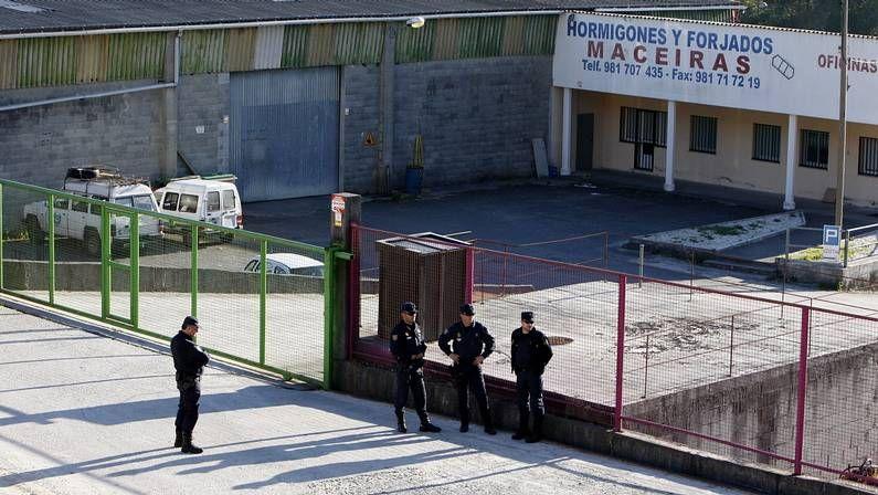 Agentes de policía, esta mañana, frente a la planta de hormigones de Maceiras