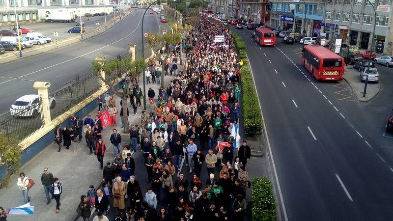 Miles de personas protestan en A Coruña contra la Lomce.La marcha tuvo un carácter festivo, con composición propia incluida de Pepe Sendón, contra la nueva ley educativa.