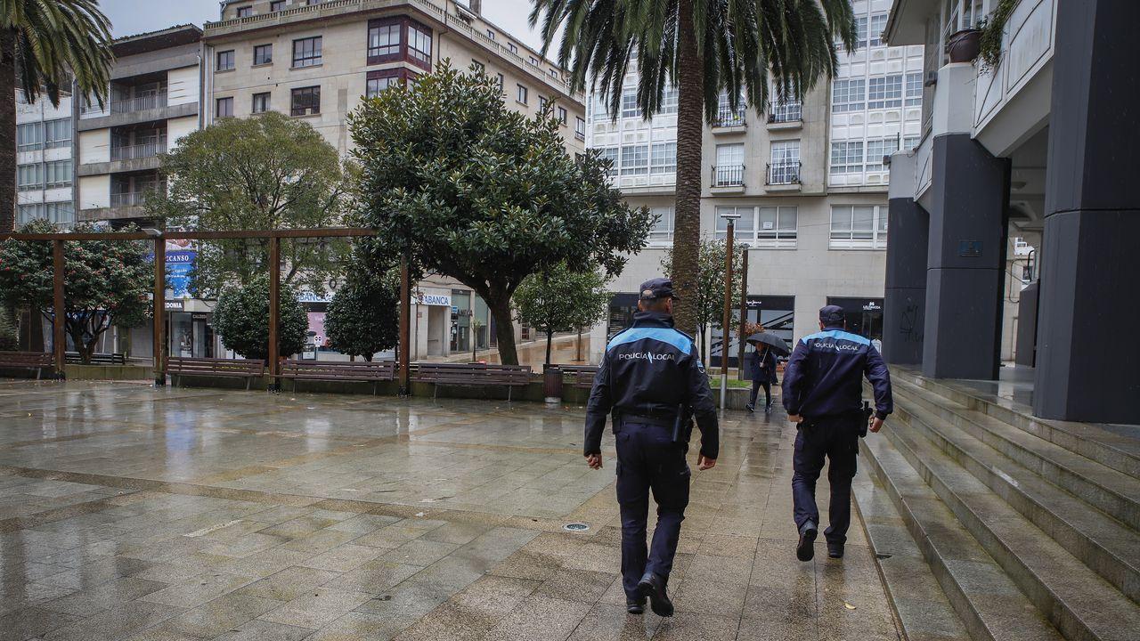 «Diríjanse a su domicilio: nos encontramos ante una emergencia sanitaria grave».Policía local patrullando en la comarca de Barbanza