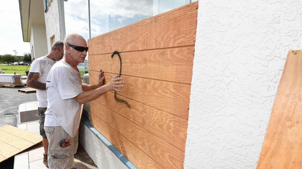 Los ciudadanos se preparan para la llegada del huracán.