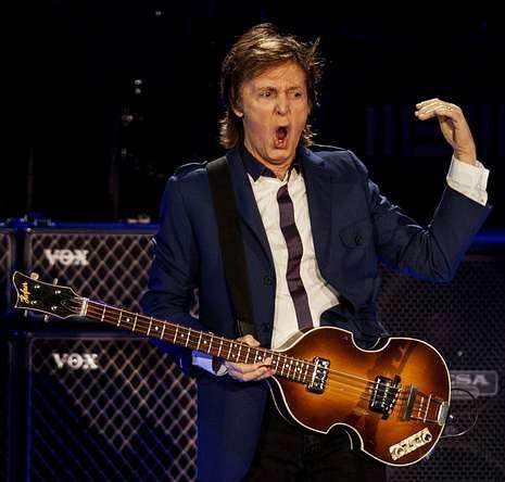 Isabel II celebra la fecha trabajando.Una leyenda asegura que Paul McCartney murió en 1966 y el que sigue actuando es en realidad un doble del músico.