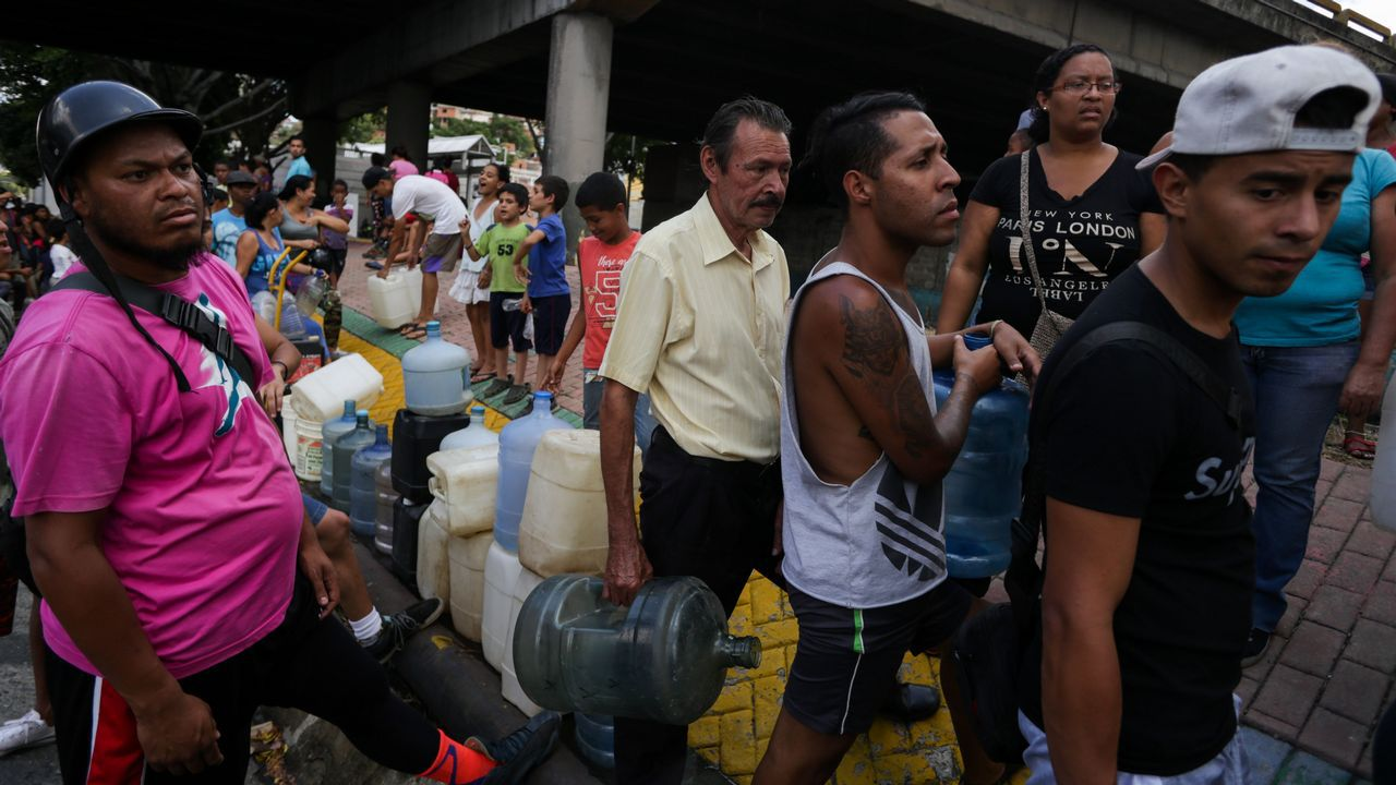 Vecinos de Caracas hacían largas colas para conseguir agua potable