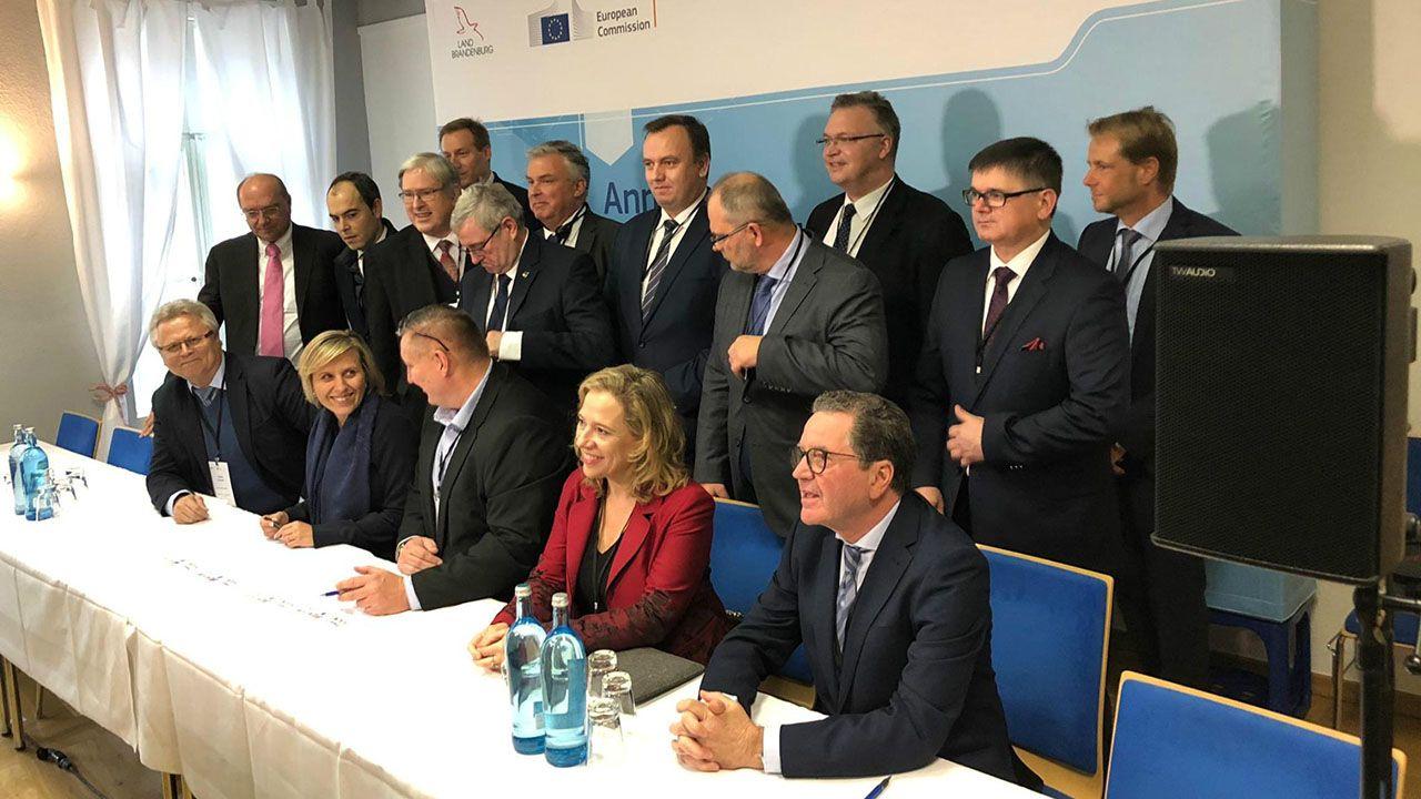 La directora general de Energía, Minería y Reactivación, Belarmina Díaz Aguado, (sentada segunda por la derecha), con los representantes de las regiones firmantes de la Declaración de Görlitz