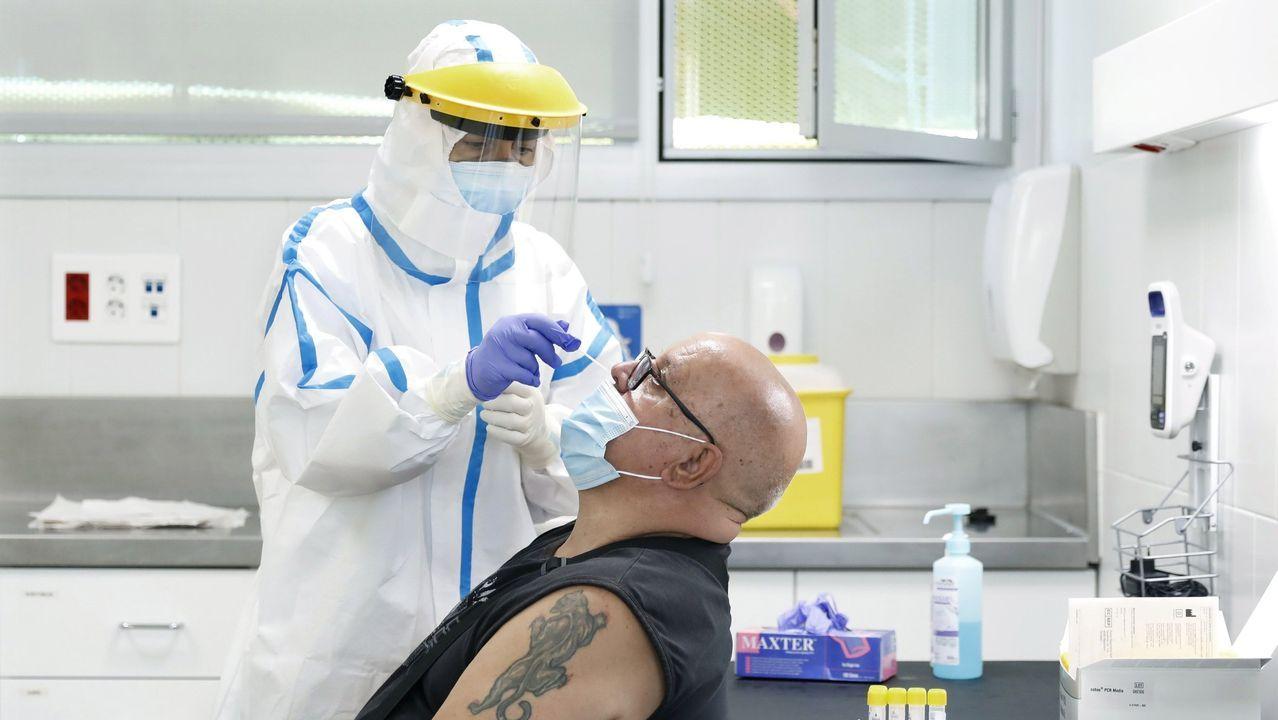 Un hombre se somete a una prueba de covid-19 en Barcelona