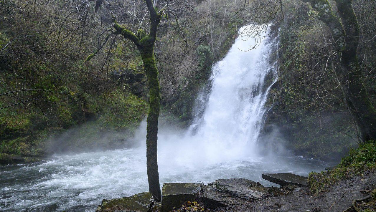 La cascada está en una zona donde el río salva desniveles de más de doscientos metros