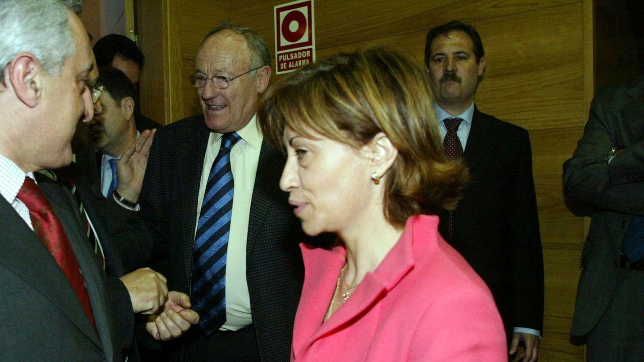elena Espinosa, cuando era ministra de Medio Rural y Marino. Detrás de ella, con gafas, Manuel Rodríguez, el presidente del grupo Rodman.