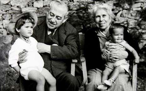 Maya, a la izquierda, con su hermana Ana, las dos primeras nietas del pintor Fernando Álvarez de Sotomayor y Zaragoza.