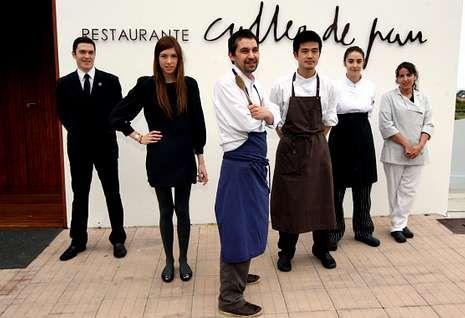 O chef Javier Olleros, ao frente do seu equipo,  di que a súa cocina está enraizada no entorno<span lang= es-es >. </span>