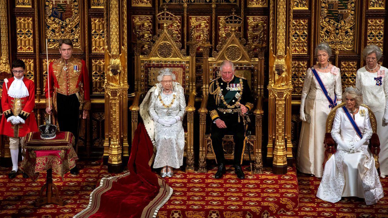 El Queen Elizabeth, en A Coruña.Al inaugurar el nuevo curso legislativo, Isabel II  leyó desde el trono de la Cámara de los Lores  el programa de gobierno de Johnson