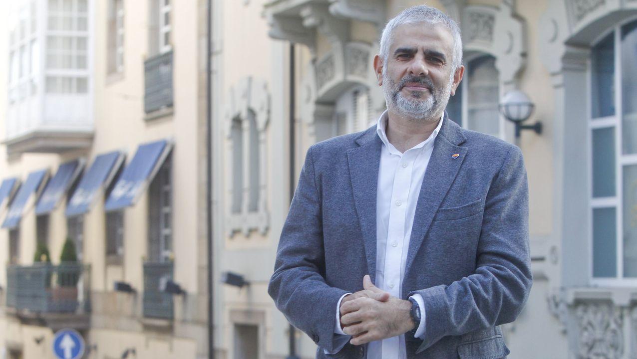 ¿Quién es quién en las elecciones catalanas?.Quim Torra posa con la pancarta que le costó la inhabilitación y que entregó en el Museo de Historia de Cataluña