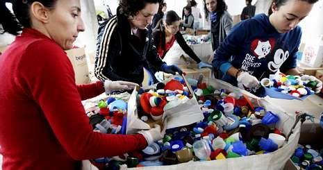 Sesenta voluntarios de toda Galicia se dieron cita en la plaza de abastos de Tomiño para clasificar los plásticos.