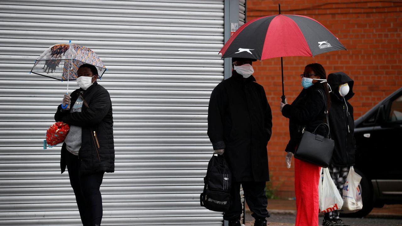Ciudadanos ingleses en una calle de Liverpool