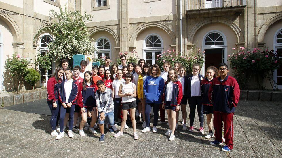 Los estudiantes que realizaron la encuesta, reunidos en el patio del colegio