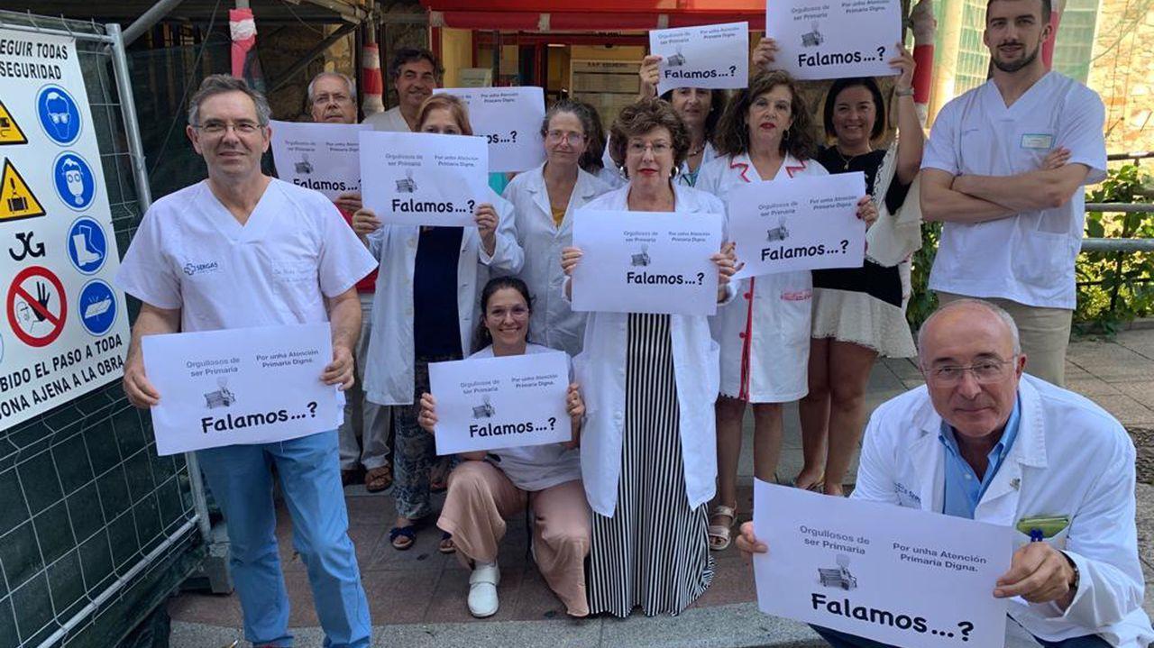 Huelga de trenes en Galicia.El personal de los centros de salud (en la imagen, Colmeiro) se ha concentrado este mediodía con letreros que dicen «Falamos...?»