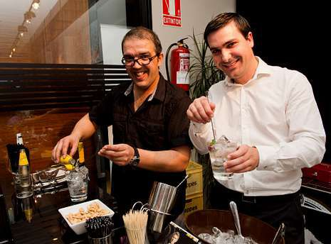 José María Velay y Manuel Barrientos prepararon todo tipo de cócteles con la nueva ginebra Gin Sea.
