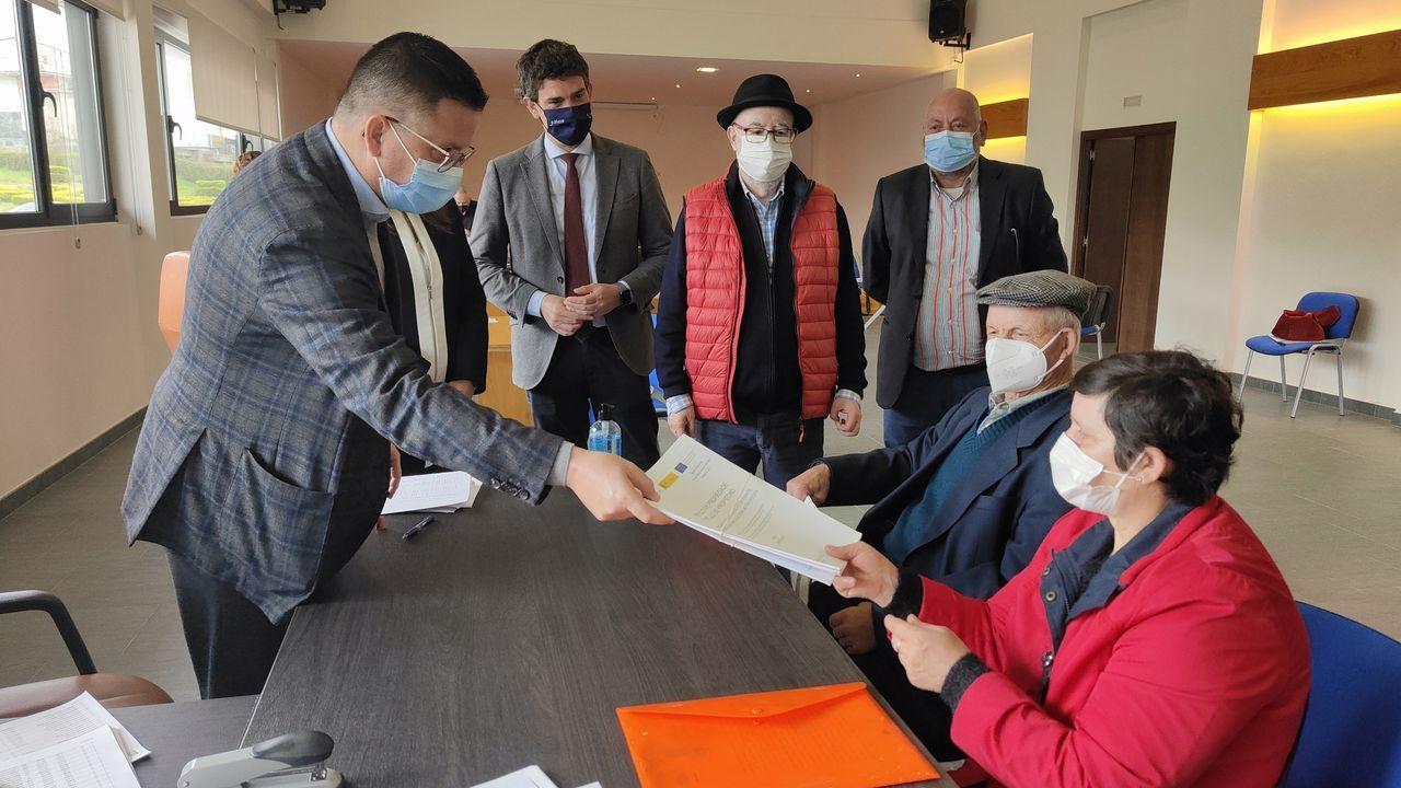 El conselleiro de Medio Rural, a la izquierda, durante el acto de entrega de títulos en Abadín