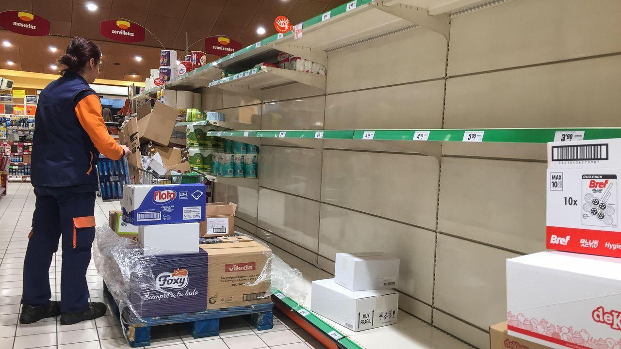 Empleados del supermercado reponen productos agotados.