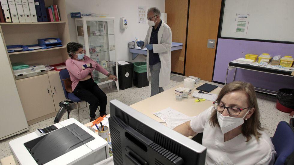 Una mujer se dispone a ser vacunada en una de las consultas de medicina preventiva del hospital de Monforte
