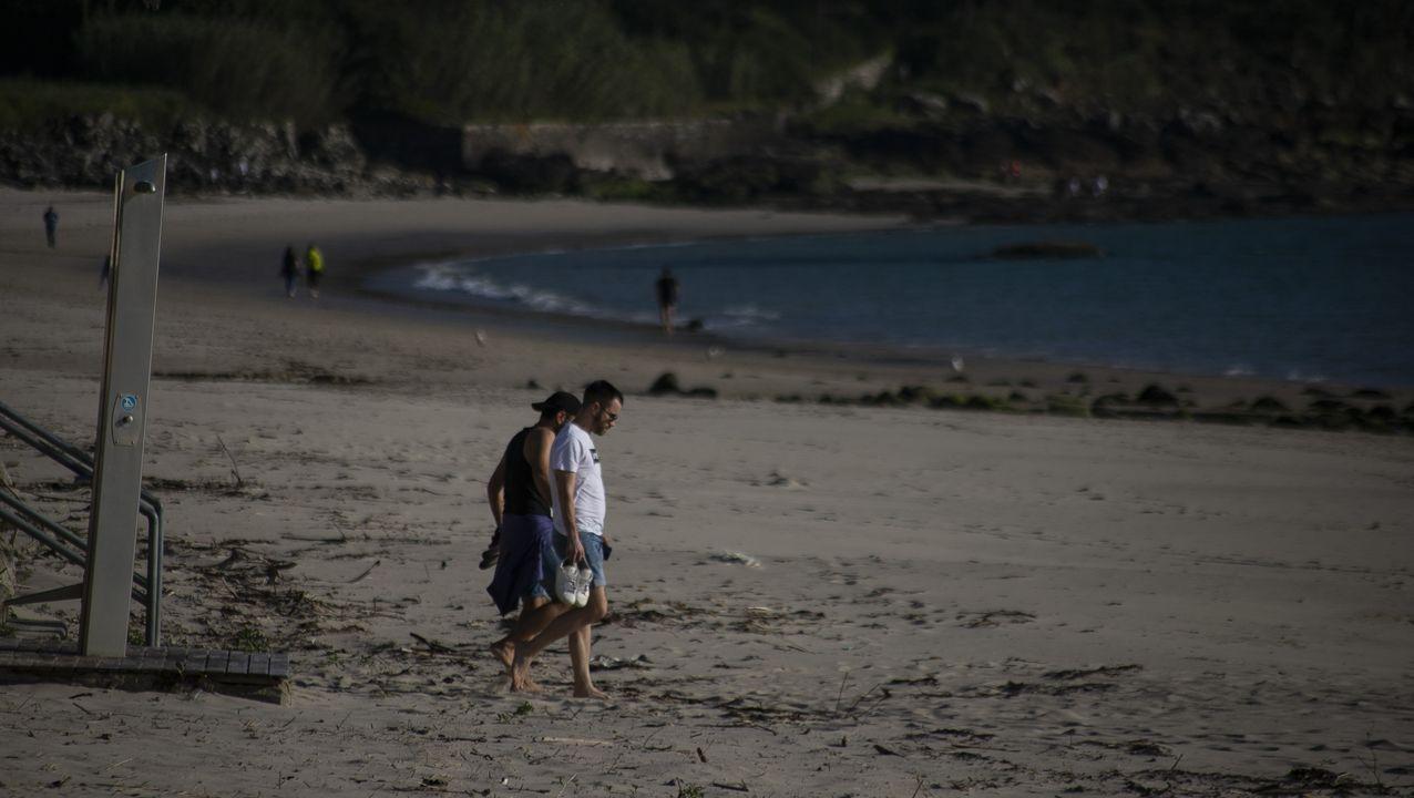 El paseo de Santa Cruz (Oleiros) se llenó de familias que aprovecharon para disfrutar del buen tiempo