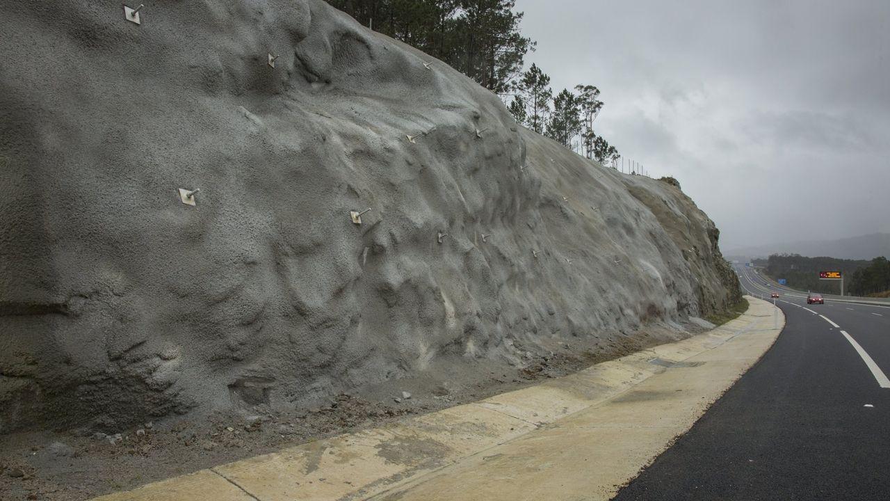 Un talud en una carretera de la Costa da Morte