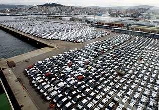 Empresas como Citroën -en la imagen, coches almacenados en Bouzas- han ajustado su actividad