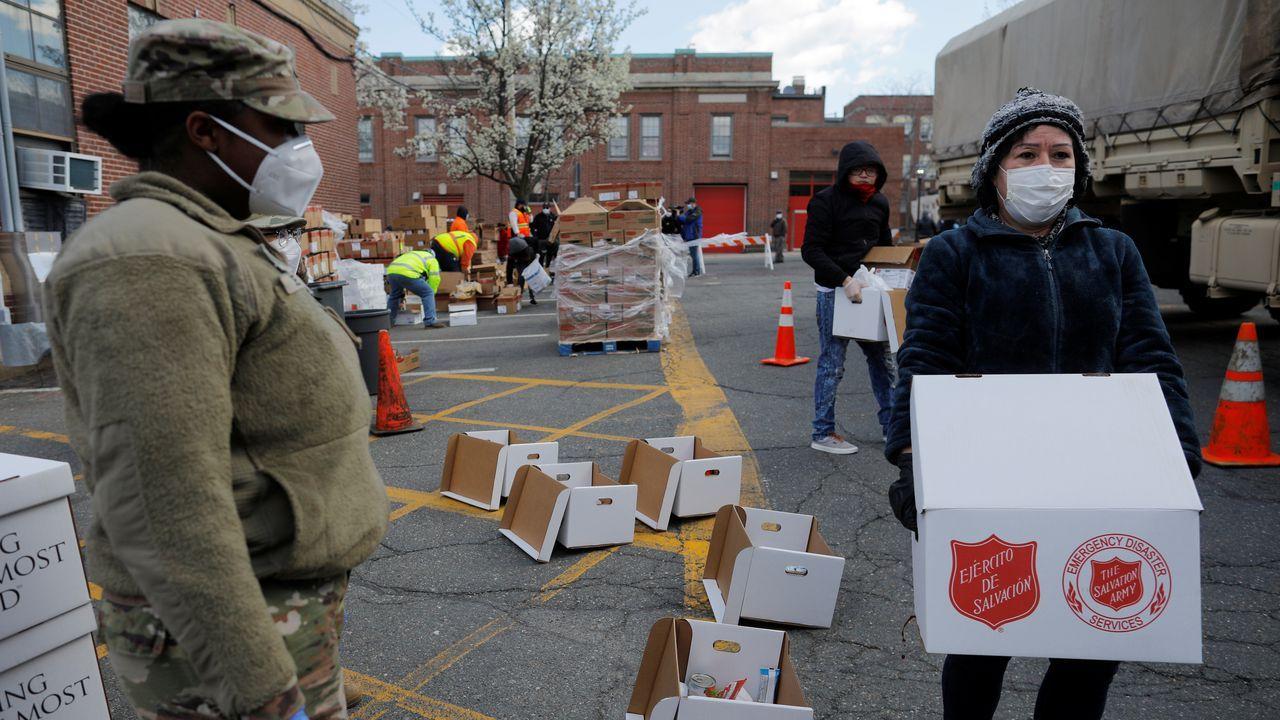 El ejército de salvación estadounidense reparte alimentos a la población de Chealsea, Massachussets