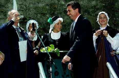 Jaume Matas -derecha- cuando fue investido como cabaleiro, en agosto del 2002.