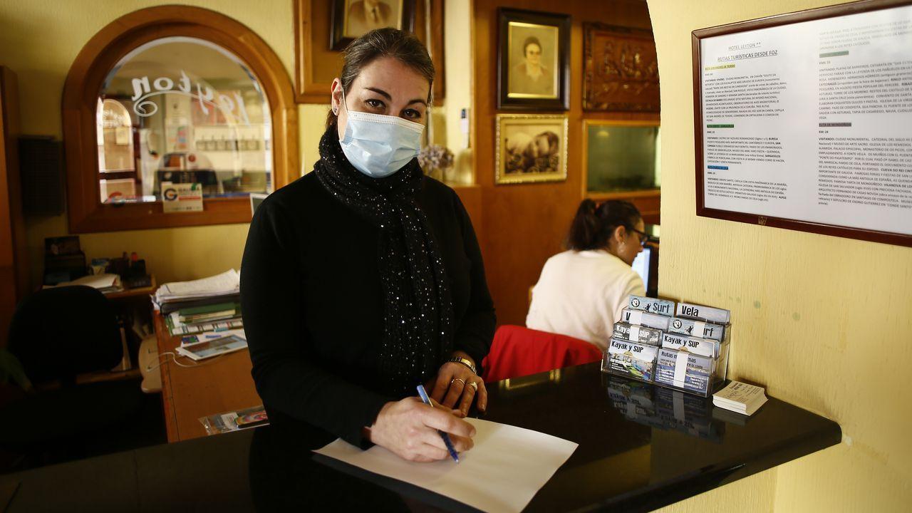 Lara López-Leytón, esta semana en el hotel familiar focense en el que es gerente y que se mantiene con menús a domicilio los fines de semana, debido al cierre hostelero por la pandemia