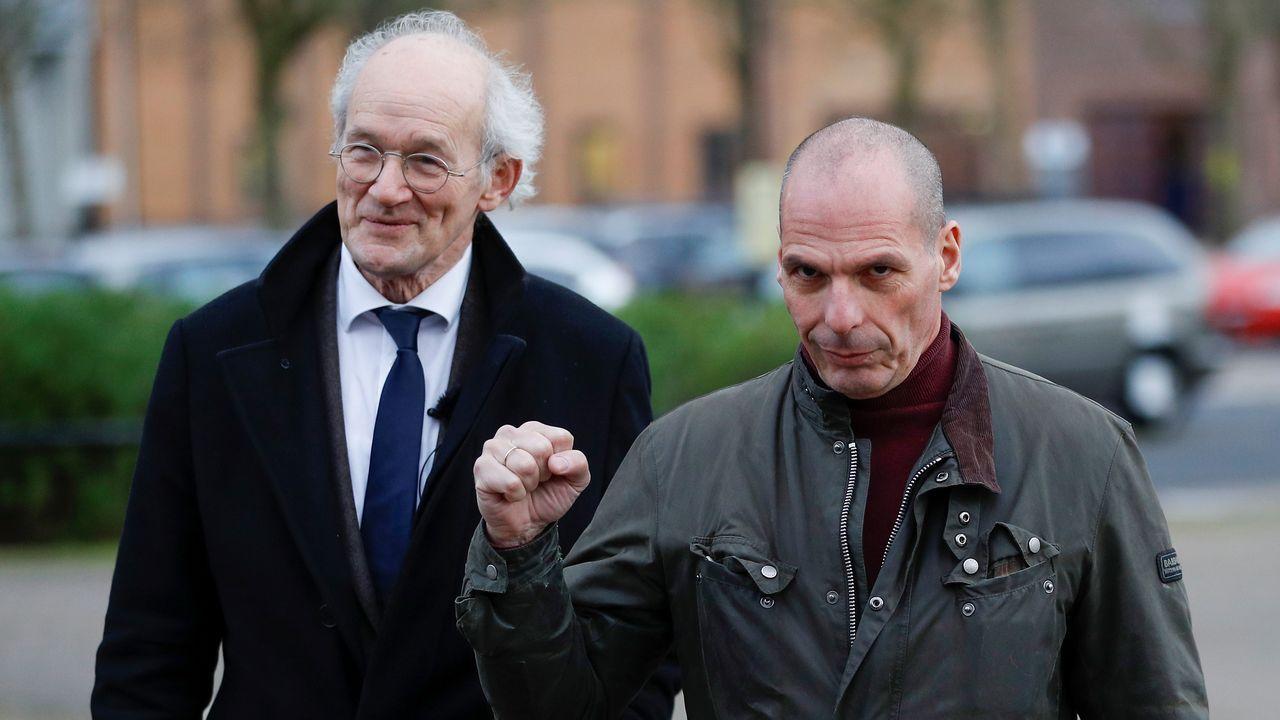 El padre de Assange, John Shipton, y el exministro Varufakis, salen de la prisión de Belmarsh después de visitar al fundador de Wikileaks