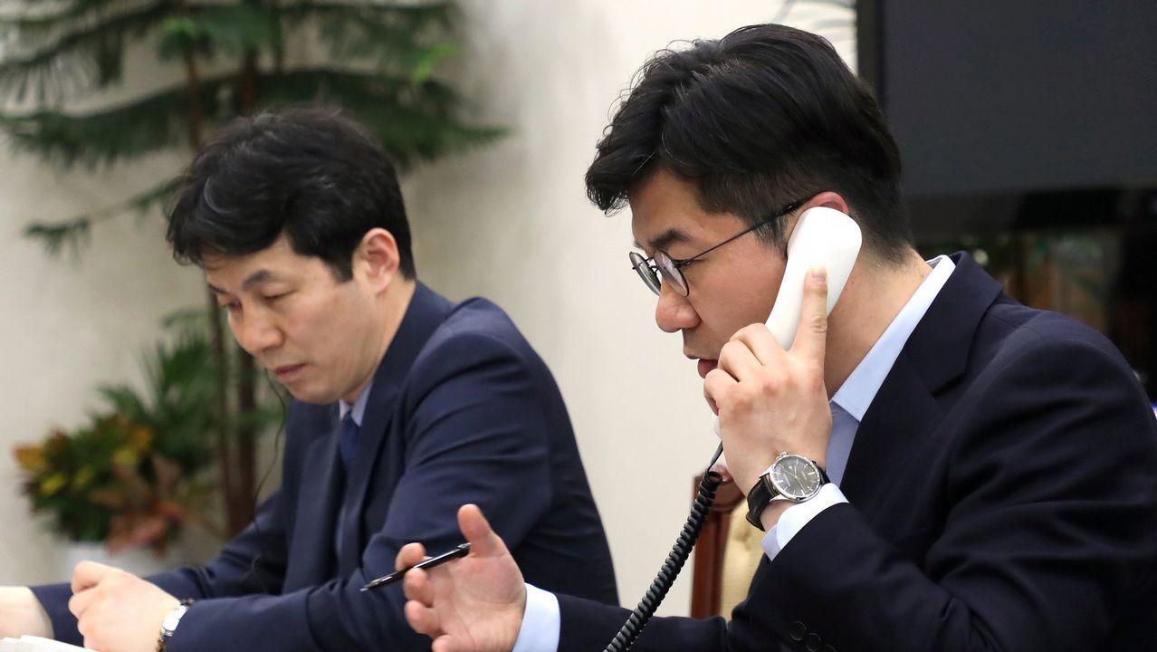 Un oficinal surcoreano prueba el funcionamiento de la línea telefónica directa entre las dos Coreas