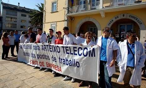 Concentración de trabajadores de Arteixo Telecom ante el consistorio pontés a finales de julio.