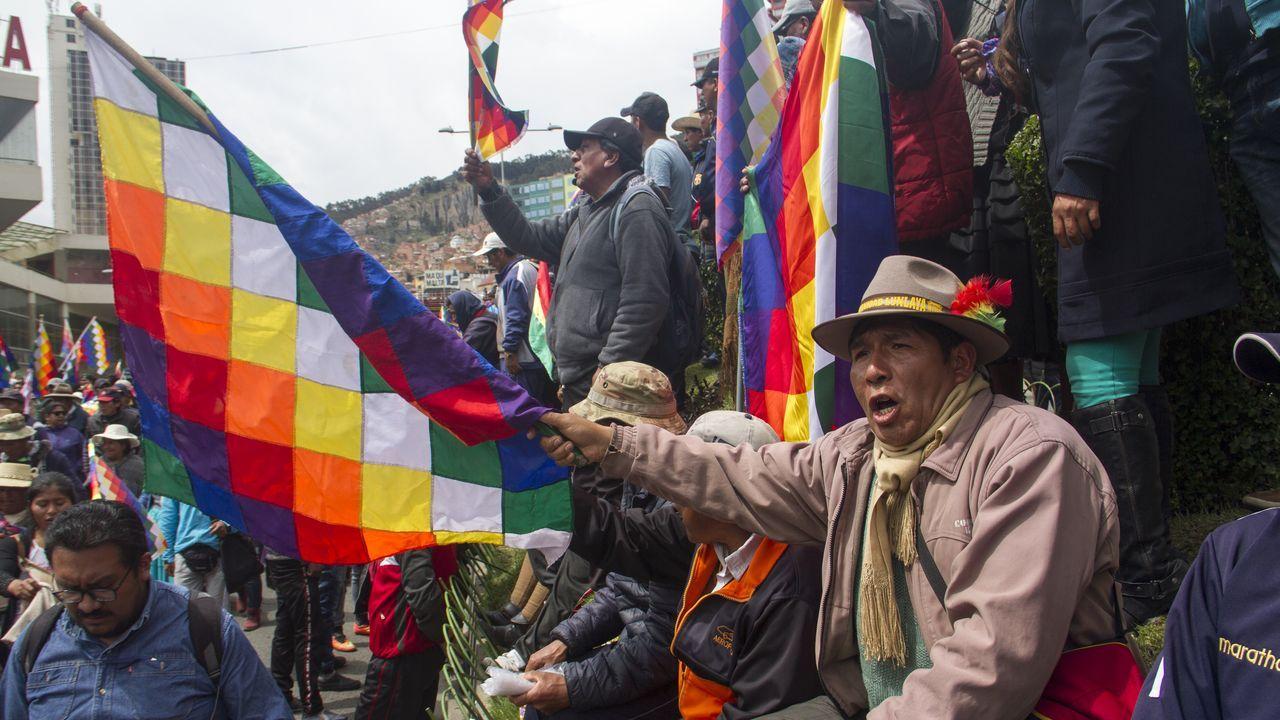 La bandera wiphala, símbolo de las comunidades andinas, ondea en la protestas en El Alto
