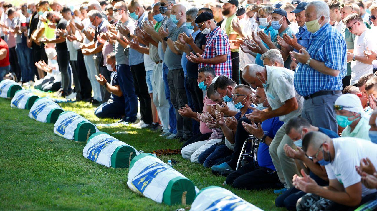 Un grupo de gente reza en el funeral de este sábado en Potocari, cerca de Srebrenica, en Bosnia Herzegovina