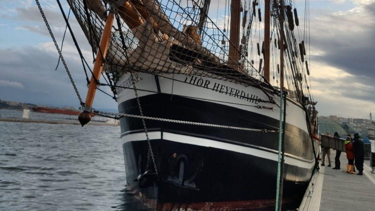 El Thor Heyerdahl, en Marina Coruña.Fragatas Cristóbal Colón (en primer plano) y Navarra en el puerto de A Coruña