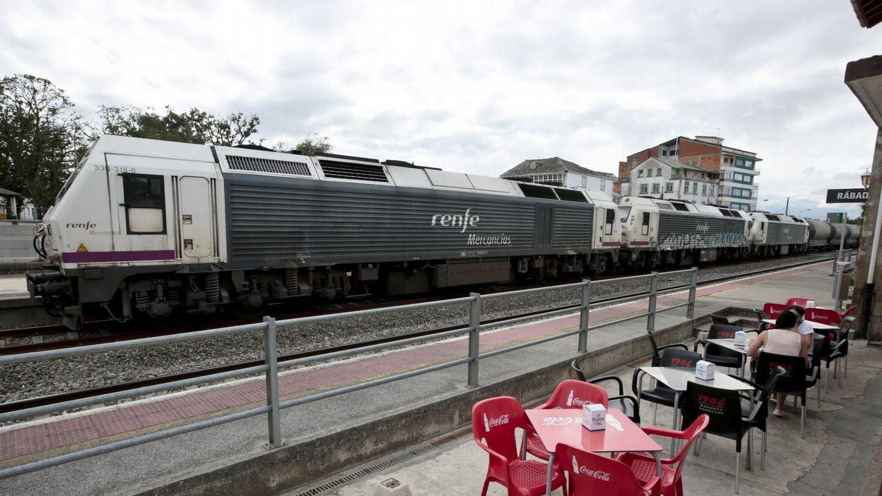 Imagen de archivo de un tren de mercancías parado en la estación de Rábade