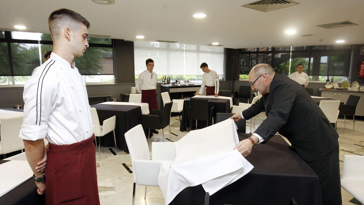 El profesor Ángel Vázquez no pasa ni una a los alumnos a la hora de poner la mesa