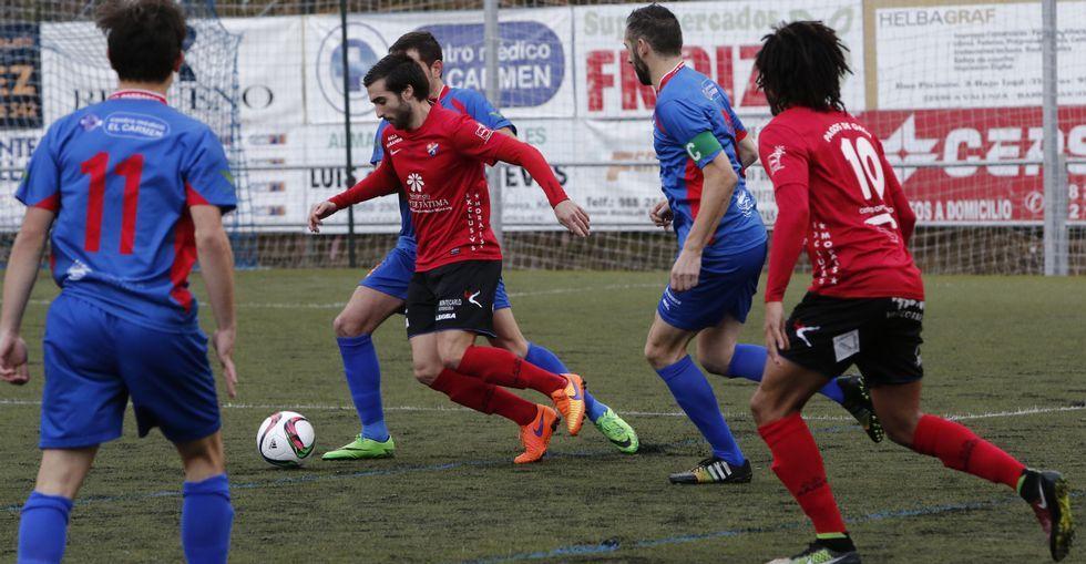 Las imágenes del partido entre el Arousa y el Barco.El equipo de A Pedreira cerró el año con un empate en casa