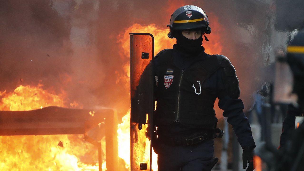 Los manifestantes de Toulouse han usado contenedores como parapeto frente a los antidisturbios