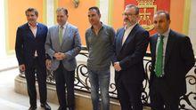 El alcalde de Oviedo, Alfredo Canteli, y el concejal de Turismo, Alfredo García Quintana, durante la reunión con responsables de Otea