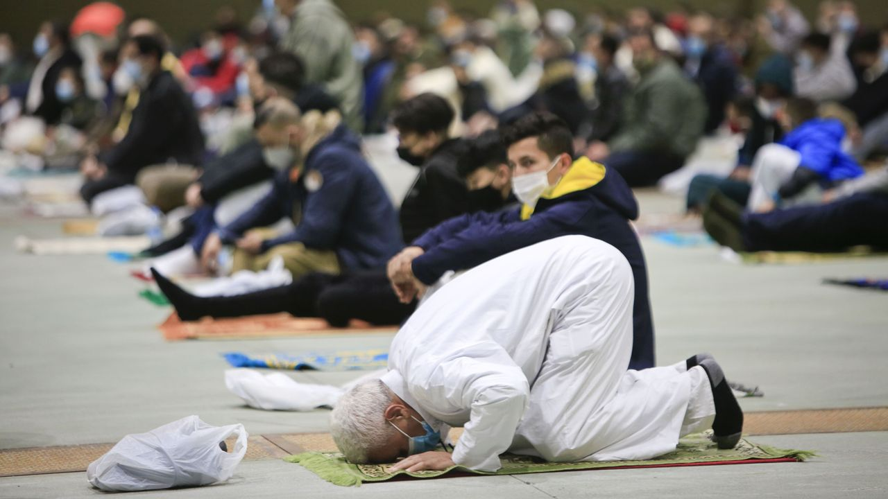 La comunidad musulmana de la provincia de Lugo se une en el Pazo de Feiras e Congresos para el rezo del último día de Ramadán.La uci del HULA, que cada vez acoge a pacientes más jóvenes