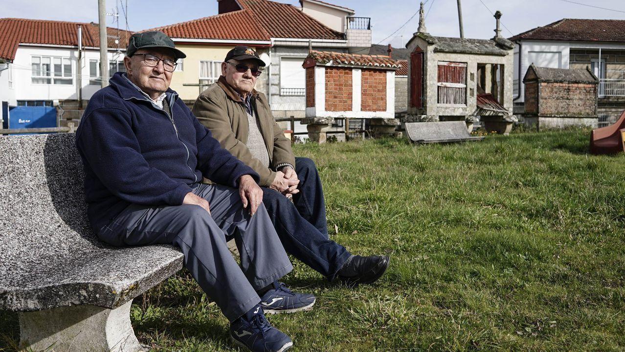Luis y Cesárea, en el parque de Loña do Monte, parroquia donde viven varios mayores solos