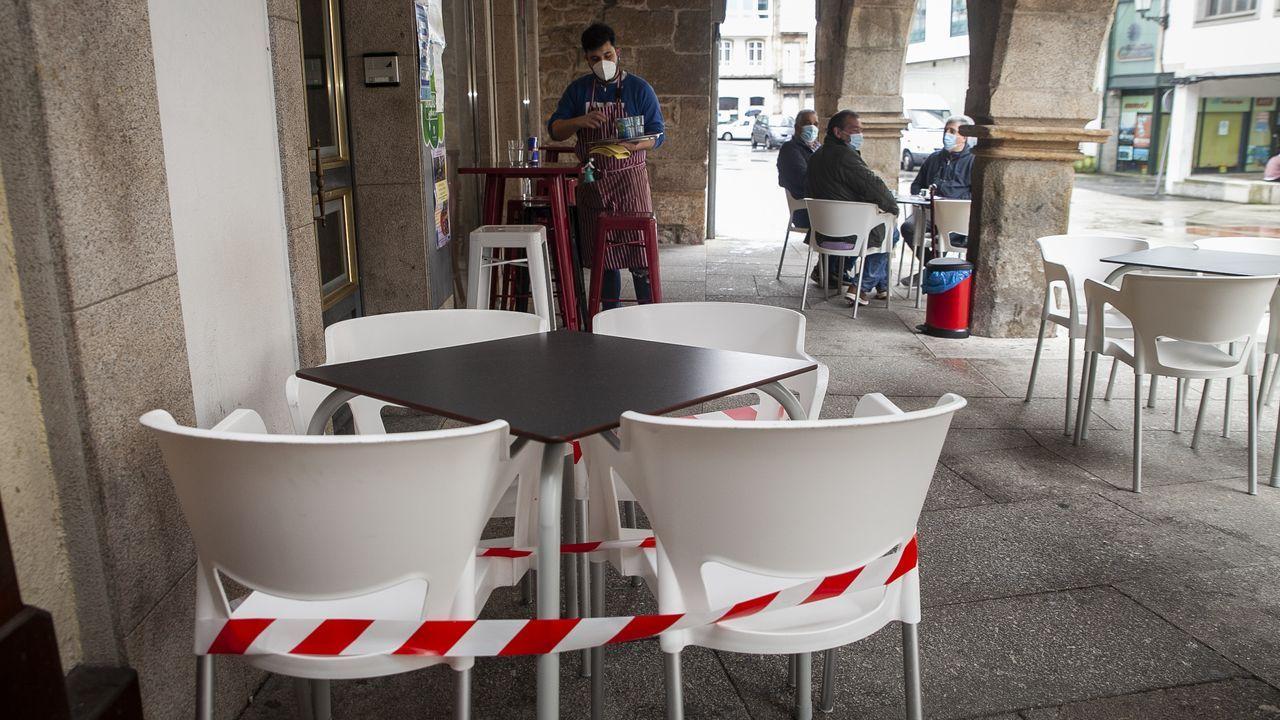 Tras los avisos del fin de semana, la mayoría de las terrazas de Noia ya tenían mesas precintadas