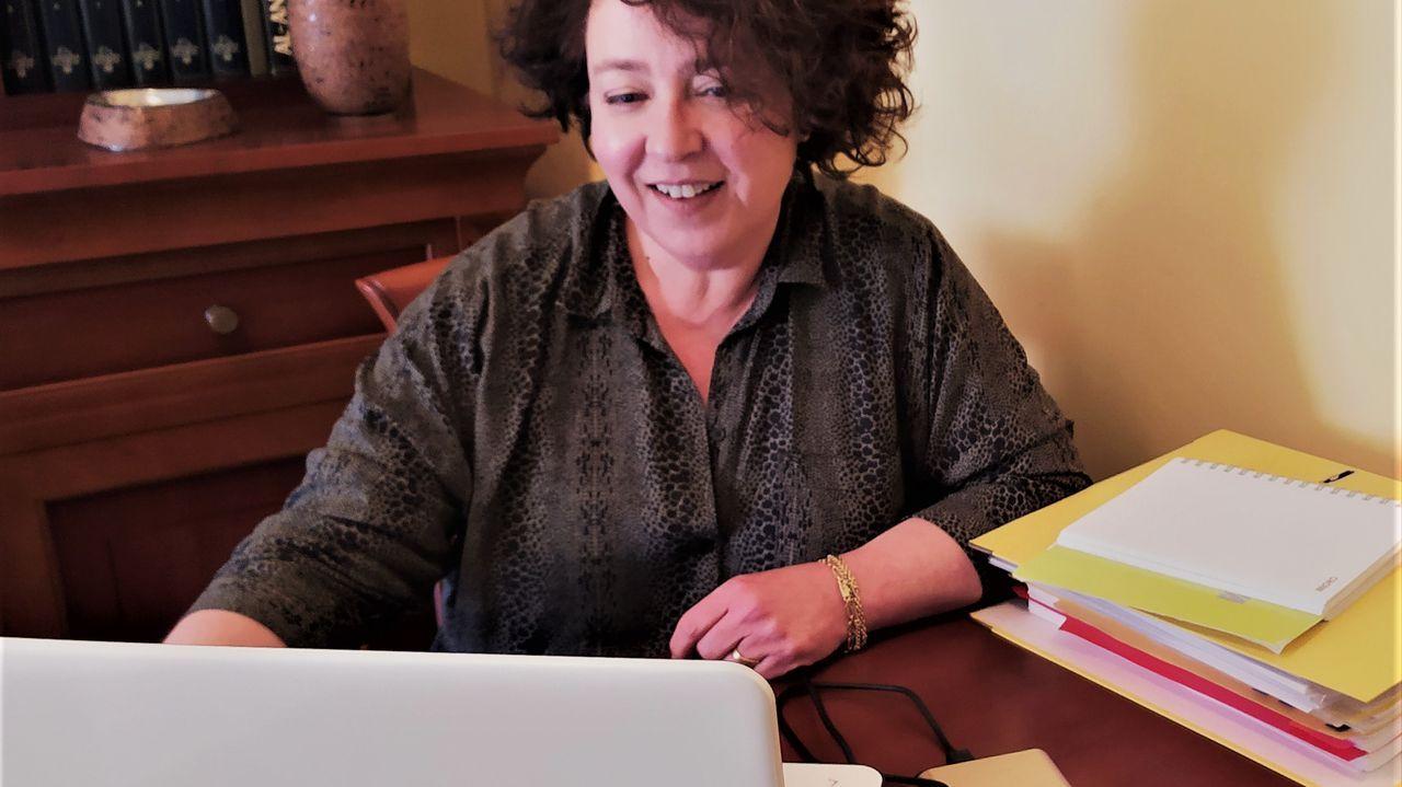 Vivi Cerviño es la responsable de la Academia Puzzle, en A Coruña, que ofrece orientación gratuita a padres y niños en un intento de servir de ayuda en estos días de confinamiento. Los progenitores o los estudiantes, dan clases desde primaria a bachillerato, pueden hacer sus consultar a través de sus redes sociales o correo electrónico