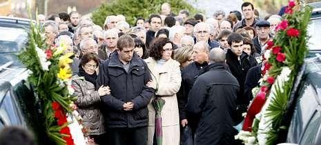 El hermano e hijo de las fallecidas, con más familiares, ayer, en el entierro, que se celebró en el cementerio parroquial de Cervo.