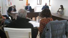 El grupo de gobierno (al fondo, en el centro, el alcalde, José Ulla) sacó adelante su propuesta
