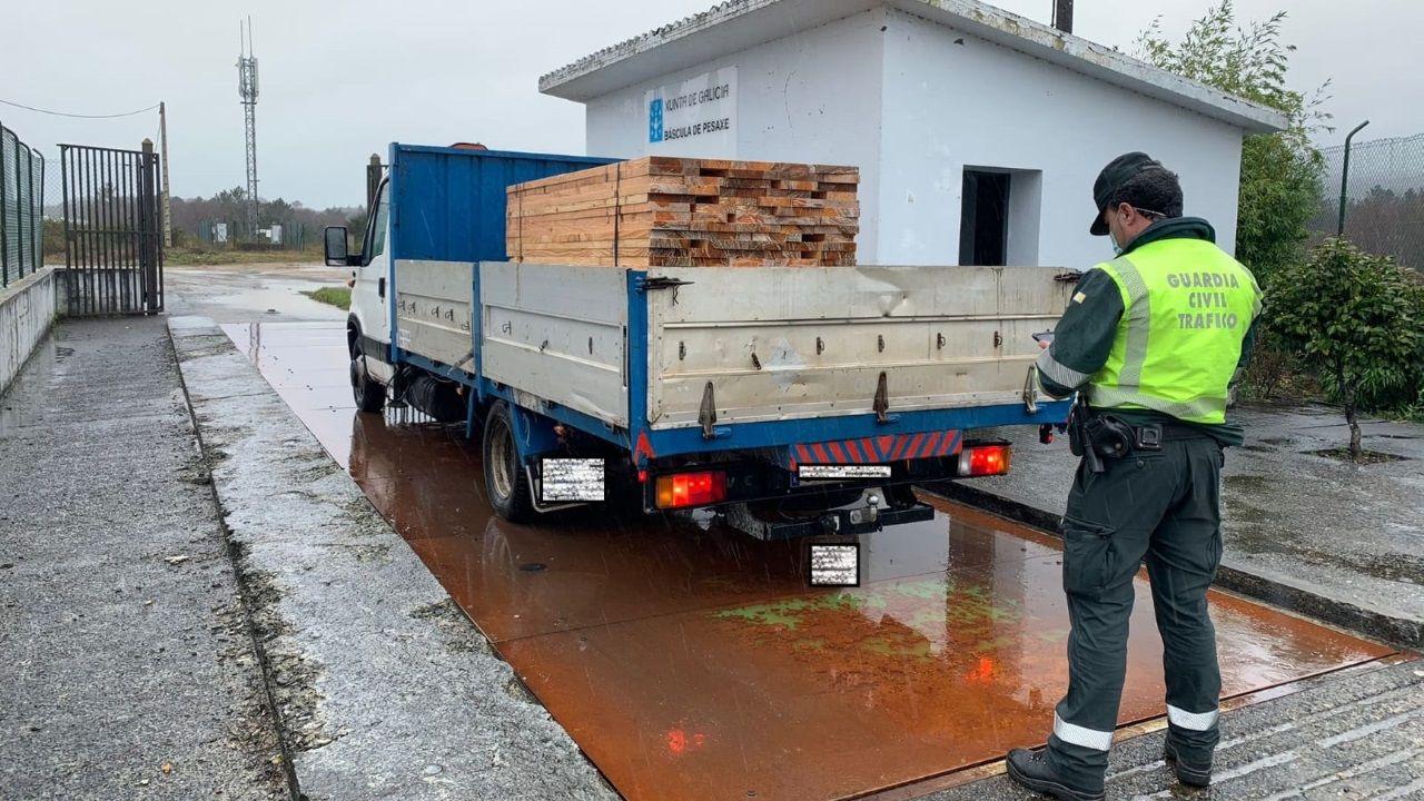 Denuncian al conductor de un camión ligero en Aranga por circular con 2.200 kilos más de lo permitido.Pruebas covid en la carpa instalada en Betanzos