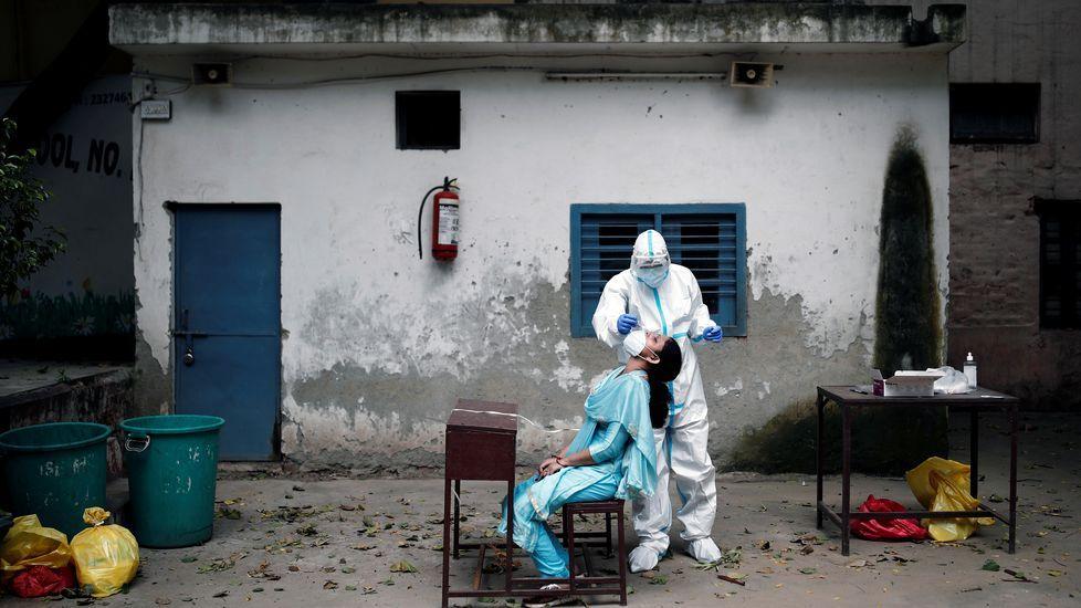 Un sanitario realiza una preuba en una escuela de Nueva Dehli, India