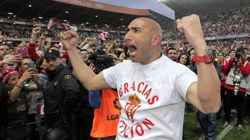 El entrenador del Sporting, Abelardo Fernández, celebra la permanencia en Primera División.