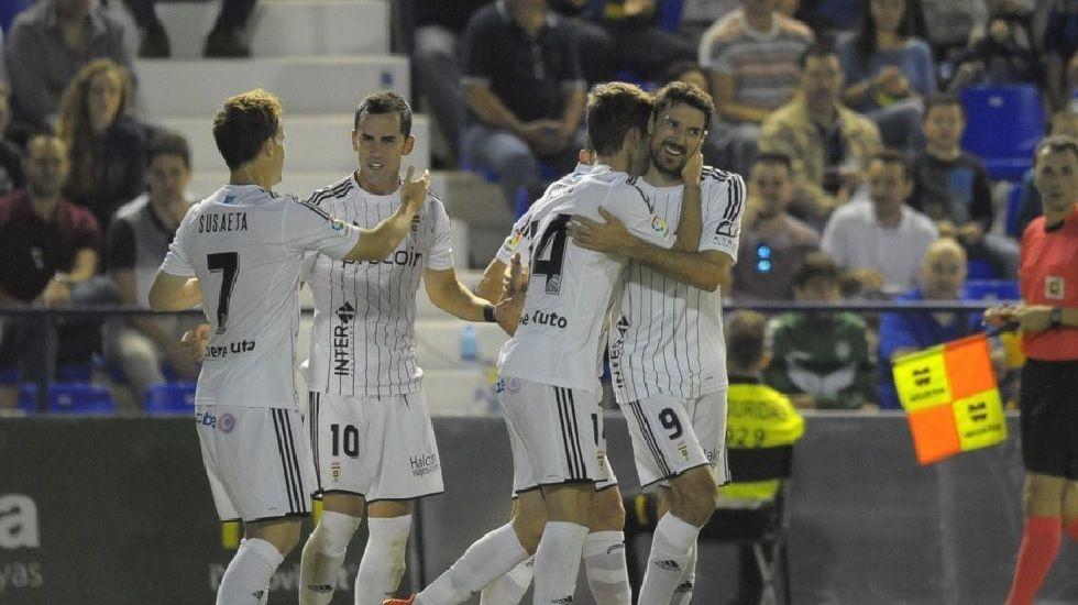 Los jugadores del Oviedo celebran el gol de Verdés frente al UCAM