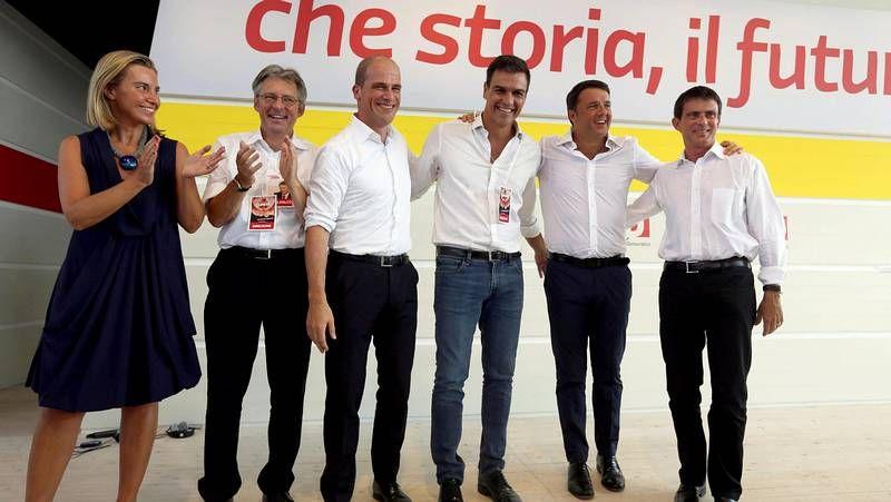 Miembros de sindicatos italianos ridiculizan a Matteo Renzi con una nariz de Pinocho.